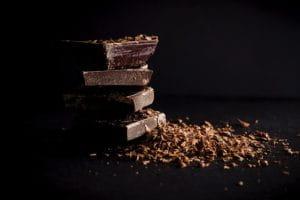 Blocs de chocolat sur fond noir