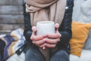 Femme buvant un chocolat chaud en hiver.