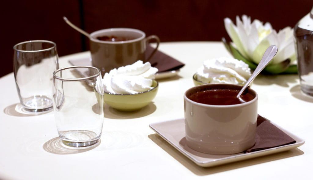 Chocolat chaud recette maison au salon de thé d'Antibes.