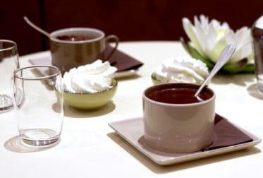 Tasse de chocolat chaud maison chez Le Pralin.