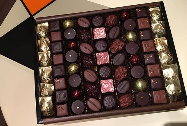 Une boite de chocolats artisanaux de chez Le Pralin.