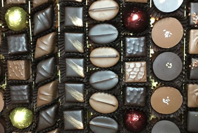 Gros plan sur des chocolats artisanaux Le Pralin.