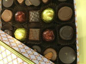 Des chocolats dans une boite.
