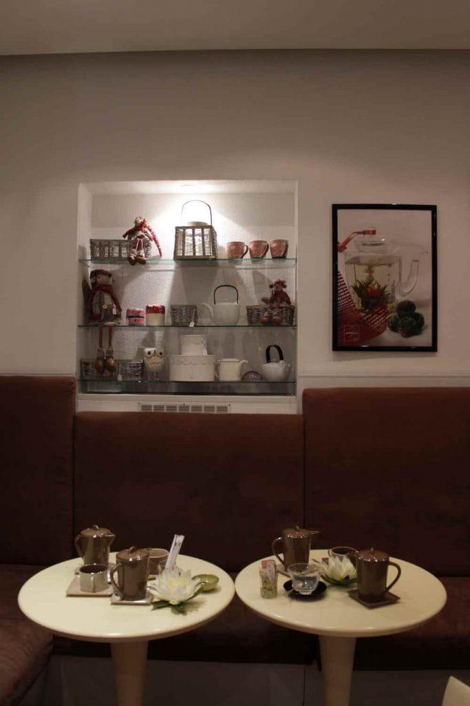 Dans le salon de thé Le Pralin d'Antibes.