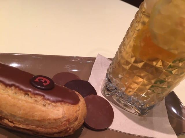 Éclair au chocolat et thé glacé au salon de thé Le Pralin.