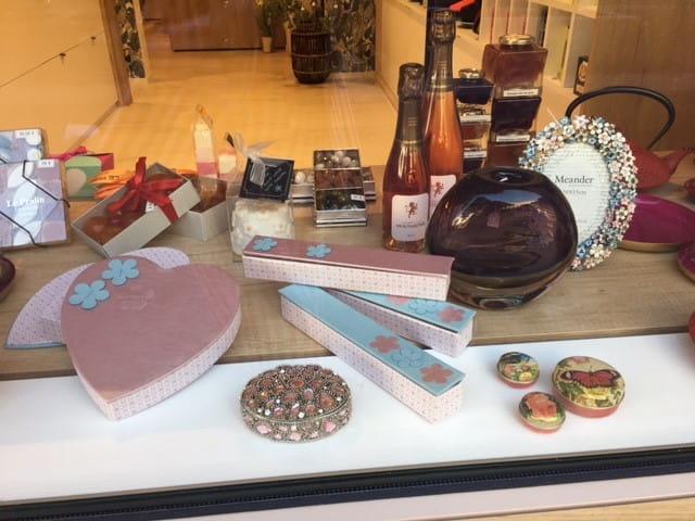 Vitrine de la boutique de chocolats d'Antibes.