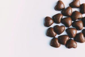 Chocolats en forme de cœurs.